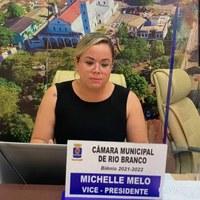 """""""Cada dia  sem vacina é um risco que colocamos para a  população """" diz Michelle Melo"""