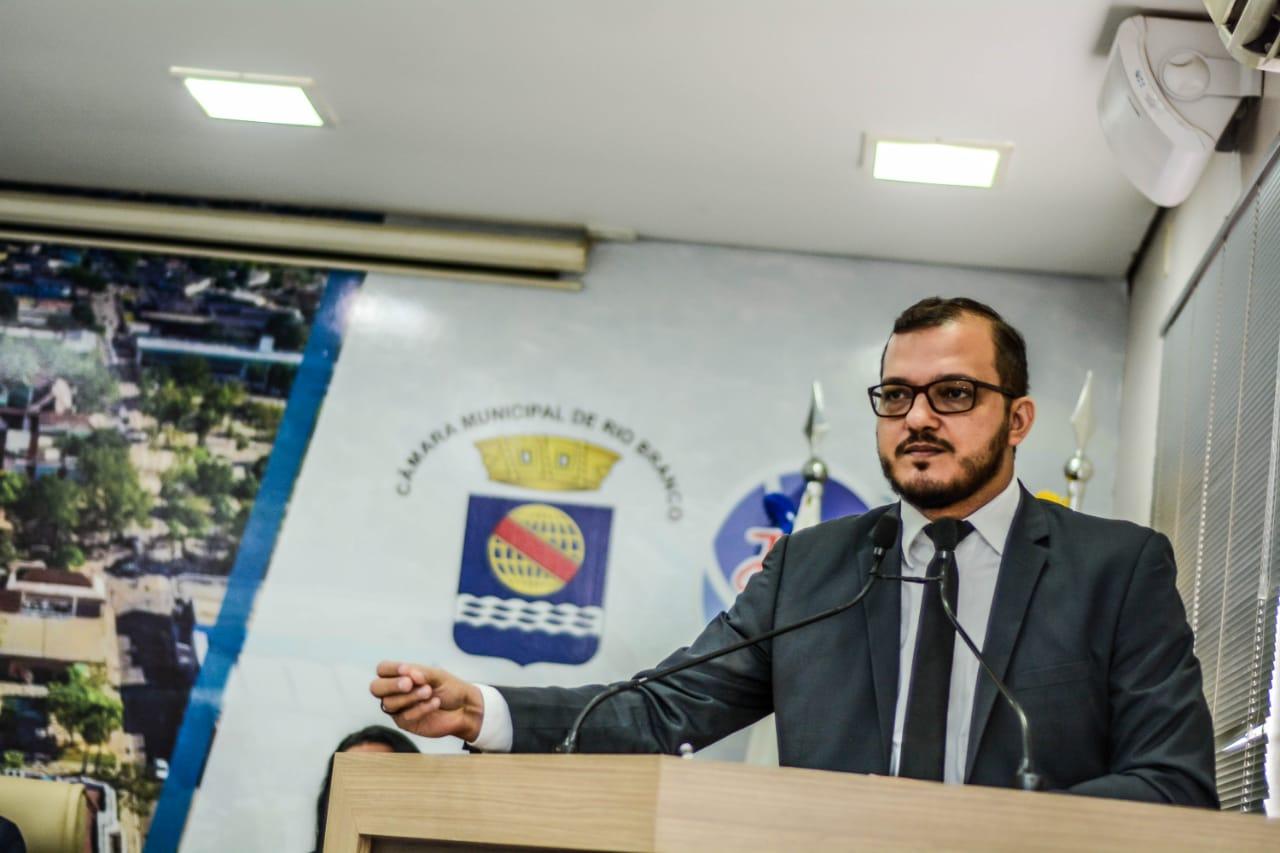 PL obriga estabelecimentos a fixarem cartazes sobre lei que proíbe e pune atos de discriminação