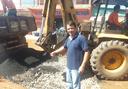 Roberto Duarte acompanha execução de tapa buracos e limpeza no Recanto dos Burutis