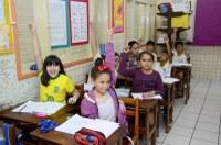 Rodrigo Forneck e Jackson Ramos destacam entrega de material escolar para alunos da rede pública