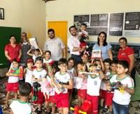 Vereador Emerson Jarude inicia entrega de brinquedos nas escolas e creches municipais